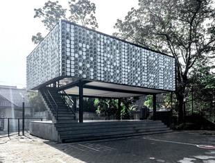 Recykling w architekturze - elewacja biblioteki z pudełek po lodach
